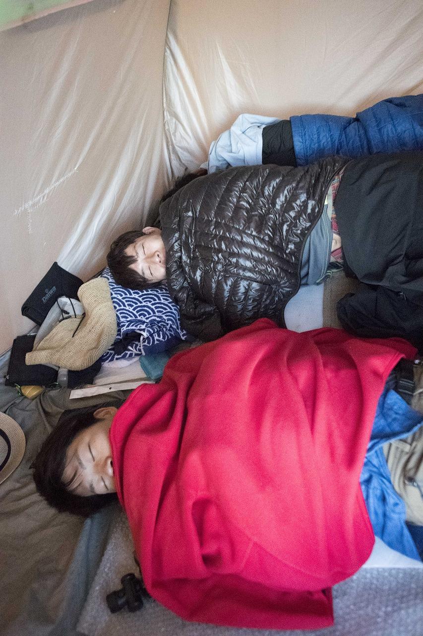 悲惨なテント生活。狭い、寒い、床痛い