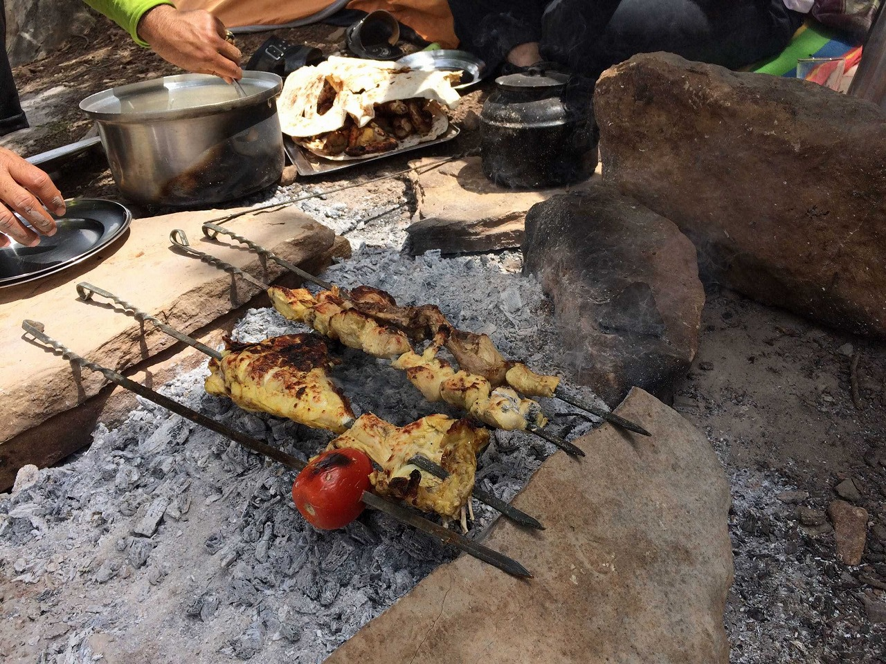 キャンプ地でチキンケバブを作る