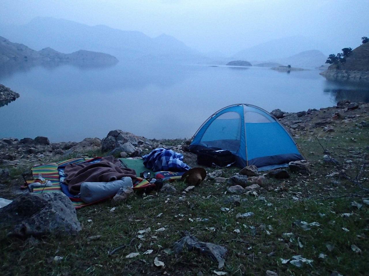 シナのテントとその隣でオッケー君たちが毛布に包まり眠る